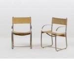 Par de cadeiras, autor desconhecido, cadeiras de braço década 1970, em metal cromado/escovado, estofamento em mantas de couro, (apresenta marcas do tempo e uso). Medidas 88 x 56 x 50 cm.