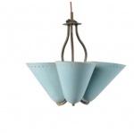 Luminária - Autor desconhecido - Luminária de teto para três lâmpadas, confeccionada em latão e metal esmaltado na cor azul, cúpulas cônicas perfuradas, década 1950, peça marcantemente retrô. Medida 31 x 35 cm.
