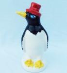 Escultura em porcelana, representando pinguim, modelo cartola. Altura 21 cm.