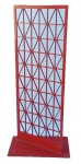 DESIGNER-Linda escultura de chão confeccionada em ferro pintado de vermelho com desenhos geométricos com assinatura de M.D. ,medidas: altura:1,23 m, largura:54 cm