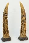 Par de esculturas em marfinite trabalhada com figuras chinesas. Alt. total 51 cm cada.