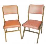 Par de cadeiras designer anos 50 em madeira peroba do campo, estofado em vinil original, apliques no estado (faltam alguns). Medida 88 x 45 x 50 cm.
