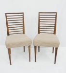 JOAQUIM TENREIRO. Par de cadeiras em Pinho de Riga, assento em tecido na cor areia, encosto vazado. Medida 86 x 45 x 44 cm.