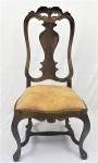 Cadeira em jacarandá, portuguesas, estilo D. José, encostos altos com tabelas recortadas e cachaços lavrados e vazados com volutas e concheados. Assentos abaulados forrados com camurça na cor marrom. Medida 1,15 x 56 x 45 cm.