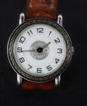 HERMÉS - Relógio de pulso suíço, caixa em metal prateado, pulseira em couro, c/ marcas de uso, código do registro nº 53490, máquina não testada
